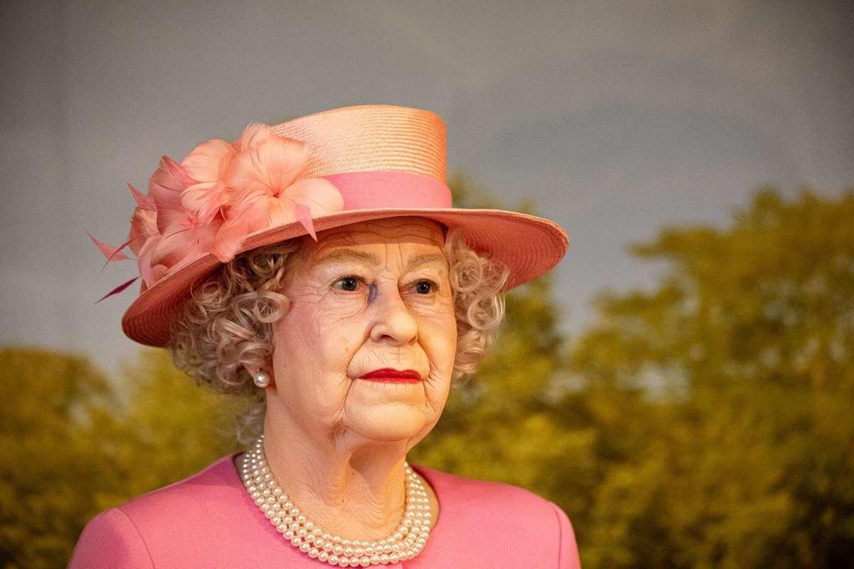 what does queen elizabeth carry in her handbag